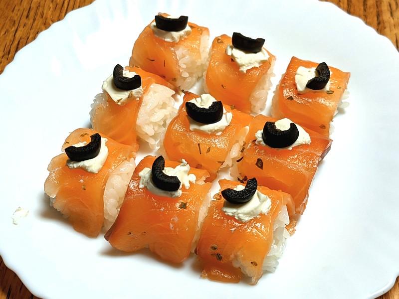 キッチンで燻すスモークサーモンと洋風寿司。ホームパーティ向けの画像