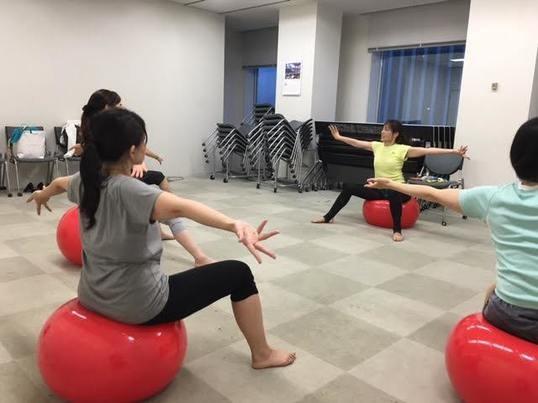 バランスボールでダイエット&体力メンテナンス!の画像