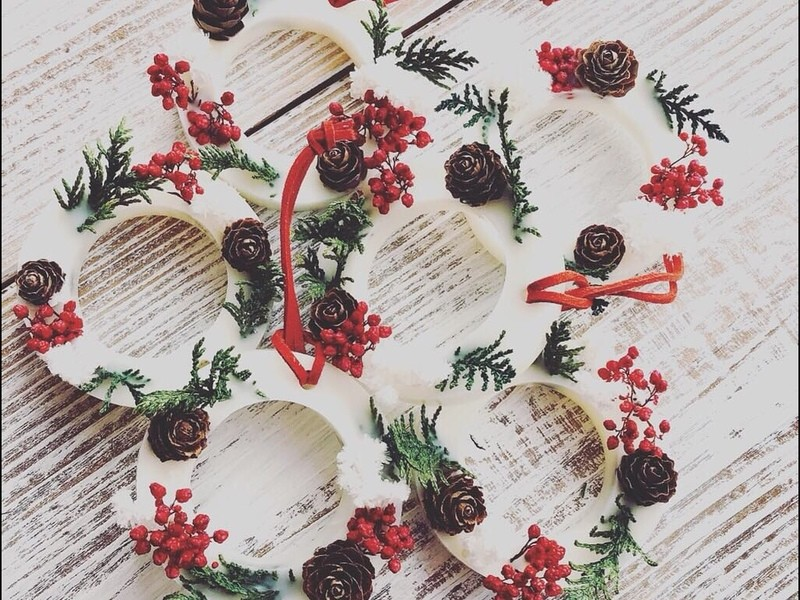 厳選された天然精油と季節の花材を使って、アロマワックスサシェ作りの画像