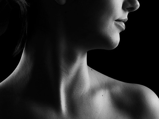 ほっそりした美しい首とデコルテになるセルフケアの画像