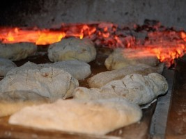 自家製酵母で手捏ねで薪窯パンを焼く。