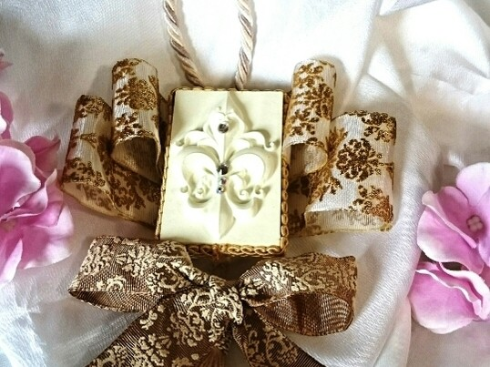 今大人気のアロマストーンのユリマーク2個をお好きな色と香りで作成の画像