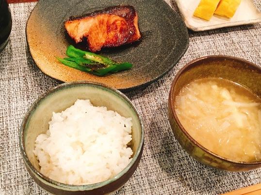 ブリの照り焼き&だし巻き卵&典型的な日本の朝食の画像