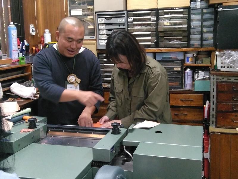 レザークラフト体験-革漉所を見学して、革張りツバメノートを作成するの画像