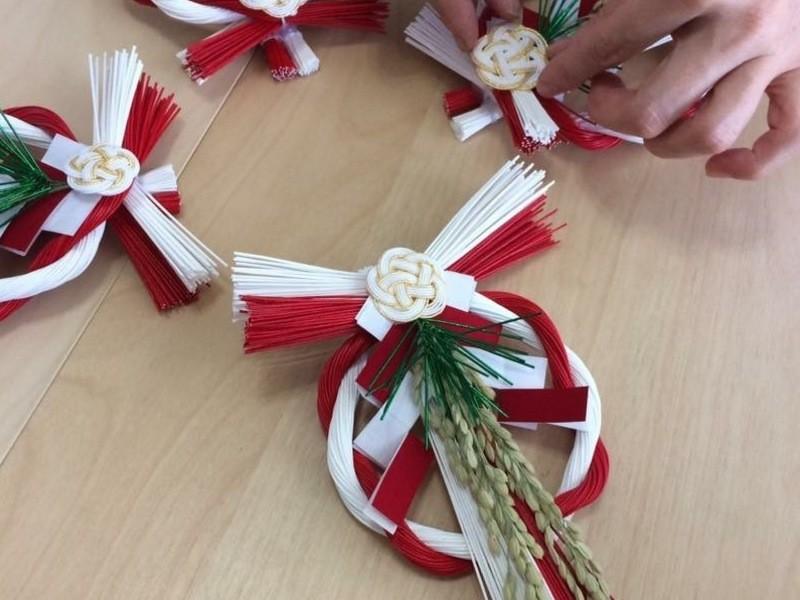 《水引で作る》赤白のお正月飾りの画像