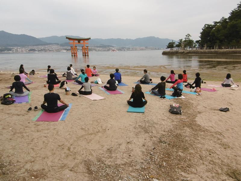厳島神社早朝ヨガの画像