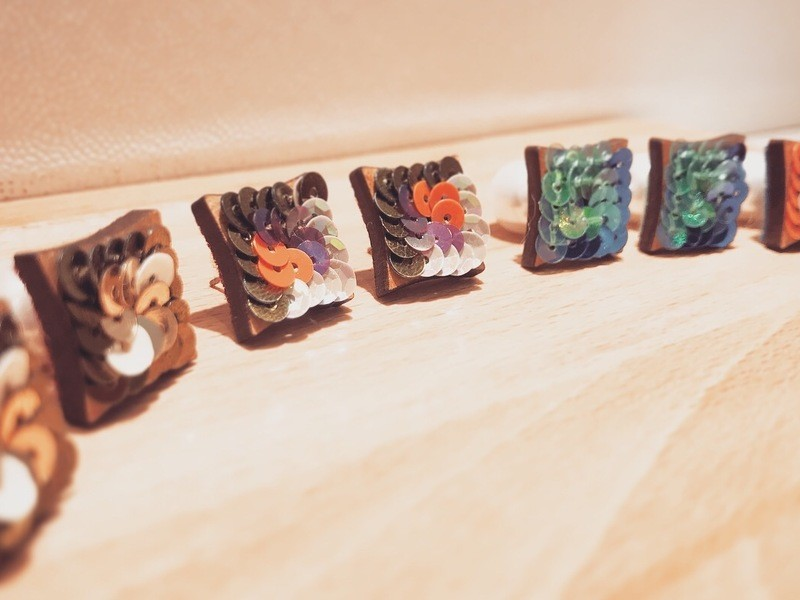 木とスパンコールの刺繍アクセサリーの画像