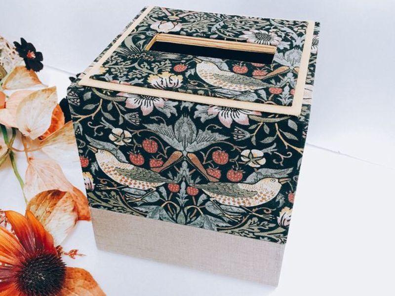カルトナージュのテッシュBOXの画像