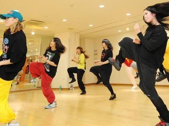 1時間でダンスの基礎のステップやリズムの取り方を練習します。の画像