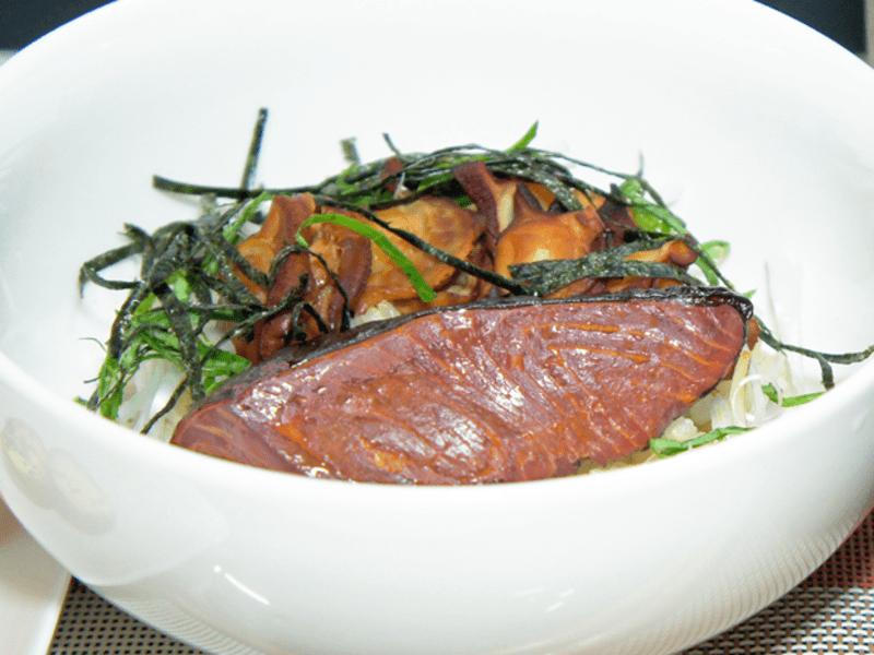 【自宅でできる燻製料理:お料理編③】サーモン丼、ゴマ、一味唐辛子の画像