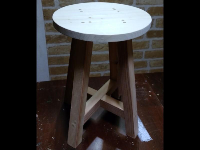 のこぎりやノミを使い、軽い丸椅子を作ろうの画像