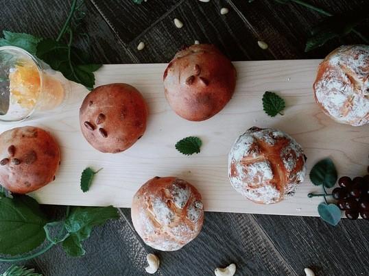 【6個持ち帰り】春の薬膳パン「赤ワインブレッド&白ブレッドの画像