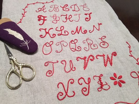 5回レッスン 赤糸刺繍アルファベットサンプラーの画像