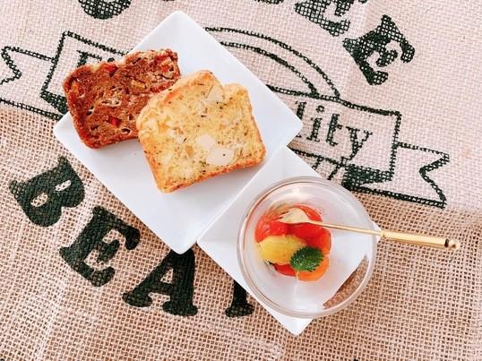 野菜たっぷり「2種類のグルテンフリーパン & トマトのミントマリネの画像