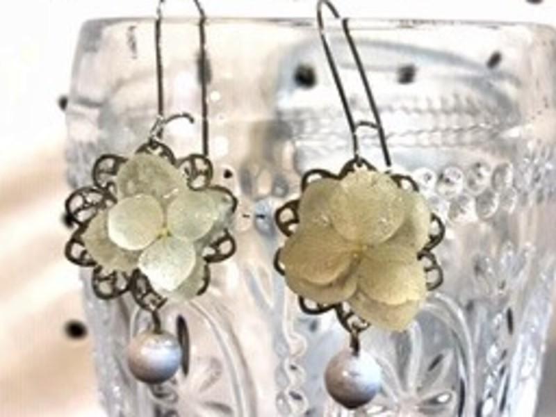 本物のお花で作るオンリーワンUVレジンアクセサリー揺れる天然石付きの画像