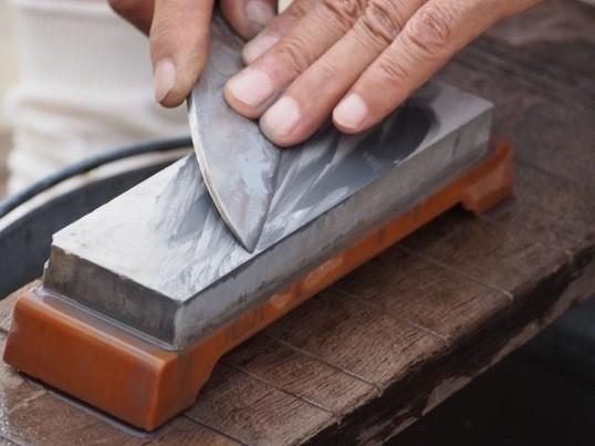 刃物メーカー貝印の「包丁マイスター」による包丁研ぎ講習の画像