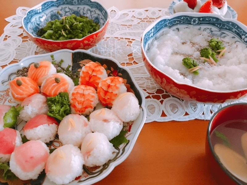 手毬寿司、蛤と菜の花のお吸物、白身魚の蕪蒸、苺大福他で雛祭りの画像