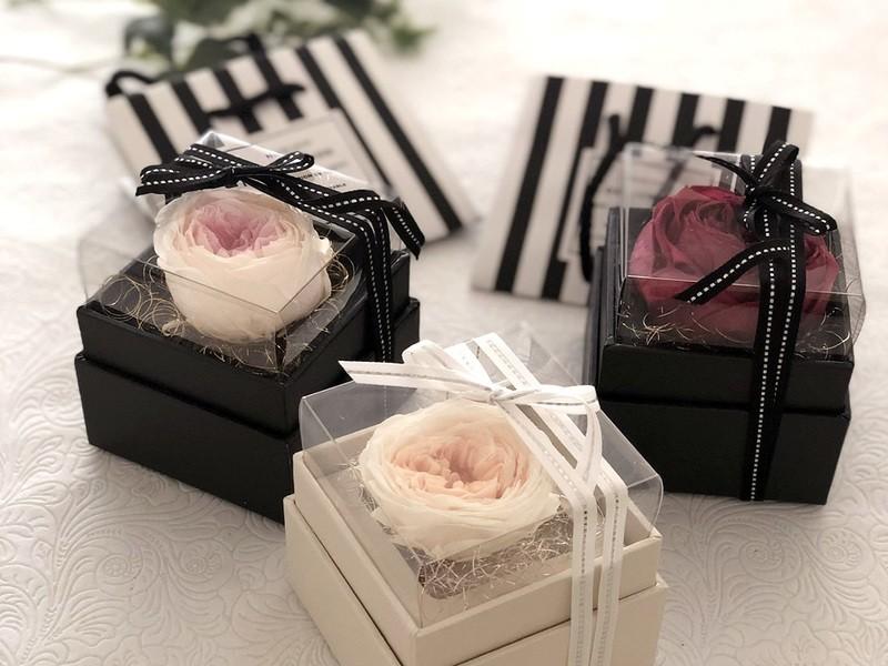 チョコやお菓子に添えても◎ボックスローズ2つ+ギフト用小分け袋付きの画像