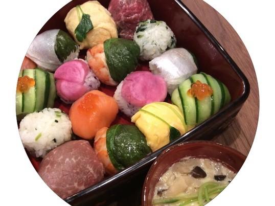 手毬寿司と一番出汁から作る茶碗蒸し、春菊と柿の白和えの画像