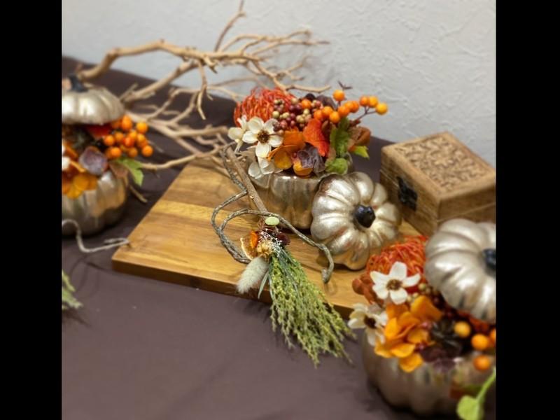 ハロウィン/かぼちゃとほうきのアレンジメントの画像