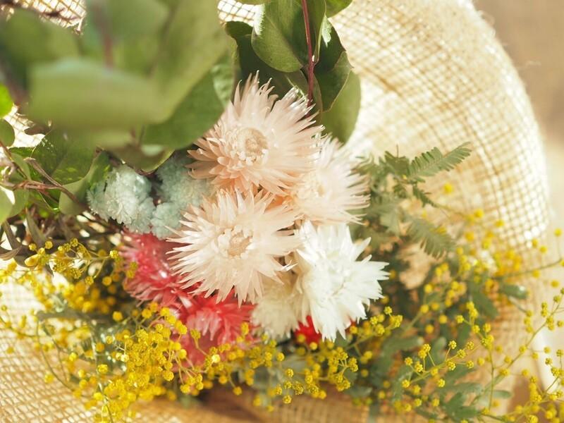 ドライフラワーで作る色とりどりの花束の画像