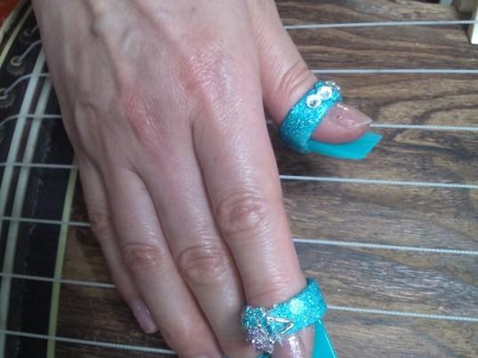 水晶やオニキスで作られた宝石の琴爪で奏でるお箏(琴)体験の画像