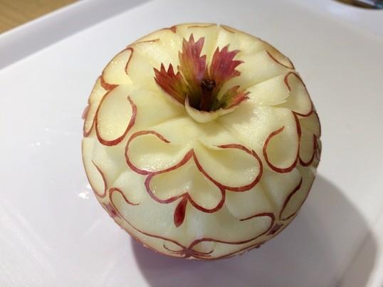 ナイフ一本で、リンゴを変身させる、タイカービング!の画像