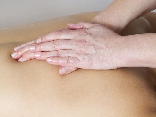 頑固な肩こりも解消!背中の筋膜マッサージで大切な人を癒してあげようの画像