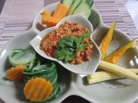 チェンマイ風カレーヌードルは、茹で麺と揚げ麺のコラボを楽しんで!の画像