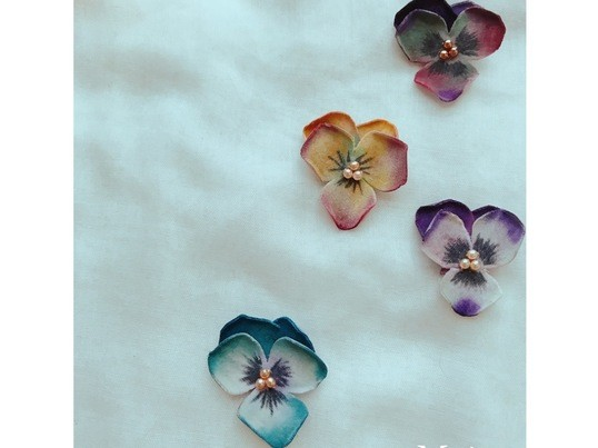 《布花教室 》  カラフルに染めから楽しむパンジーの耳飾りの画像