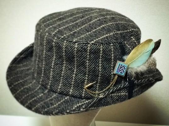 ビーズ織りとフェザーのハットピンの画像