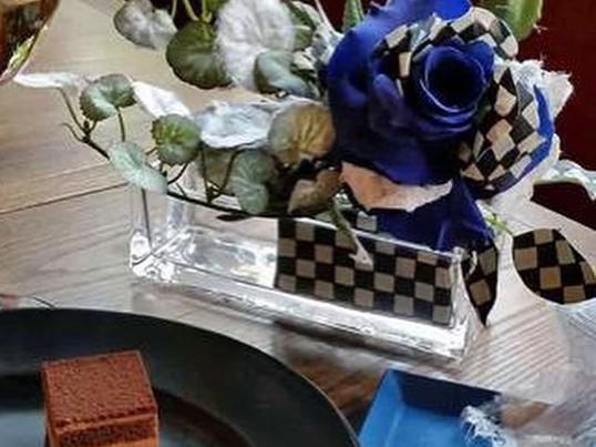 和紙でお化粧したプリザーブド薔薇と多肉植物のアレンジメントの画像