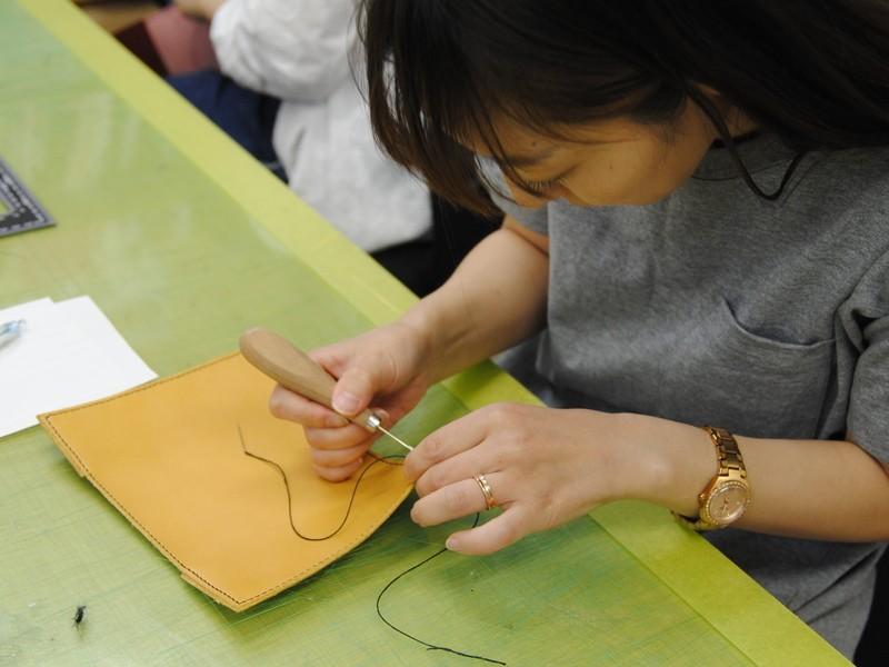 レザークラフト材料店と革漉所を見学してノートカバーを作成するの画像