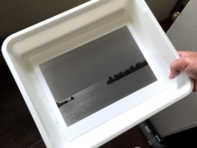 初めてでも大丈夫!暗室に入ってフィルムで写真をプリントしてみよう。の画像
