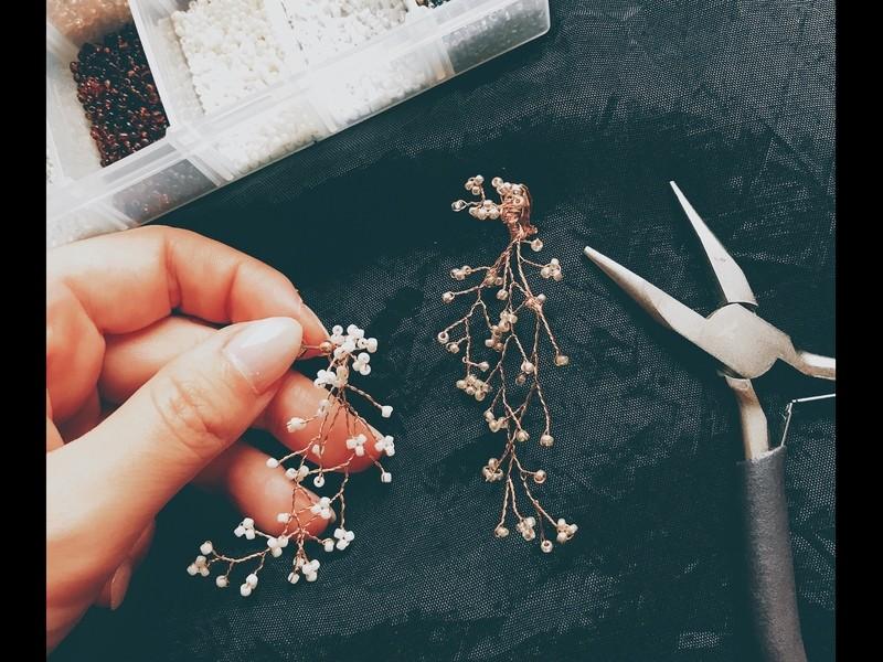 《ワイヤーワーク》ワイヤーを編むかすみ草の耳飾りの画像
