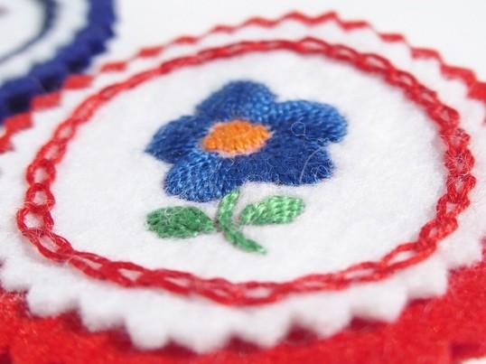 ハンガリー刺繍で、ブローチにもなるバッグチャームを作ろう!の画像