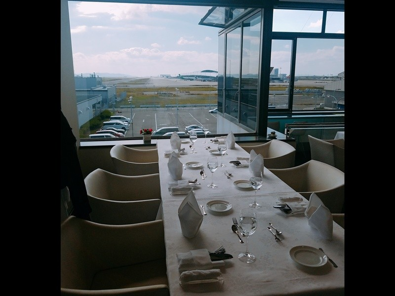 滑走路を眺め、ビジネスクラス機内食を食べながら学べる!の画像