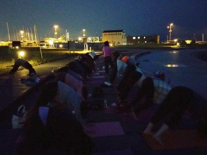 ビーチでサンセット&月ヨガ(@観音マリーナ海浜公園)の画像