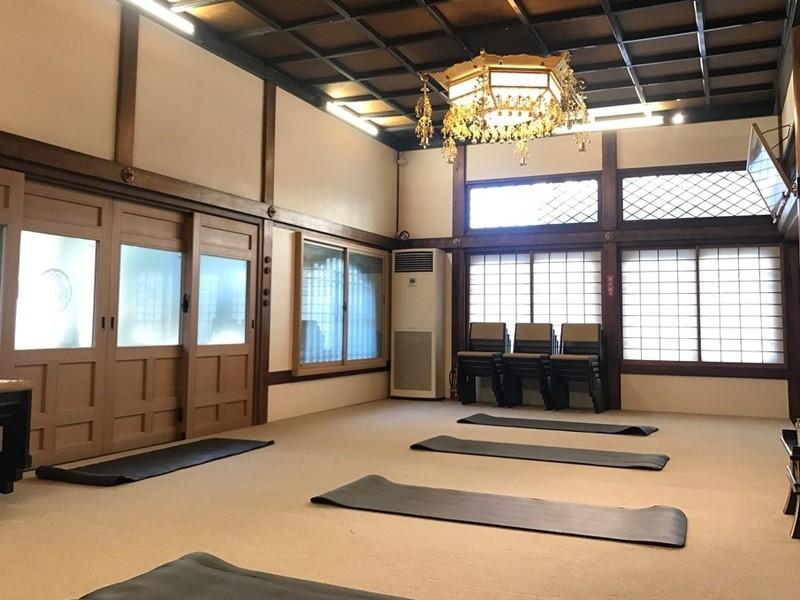 東京タワー近くのお寺で朝ヨガの画像