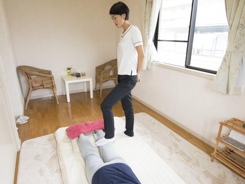 疲れた夫を癒す&自分も楽々☆プロに習う足を使ったマッサージ講座の画像