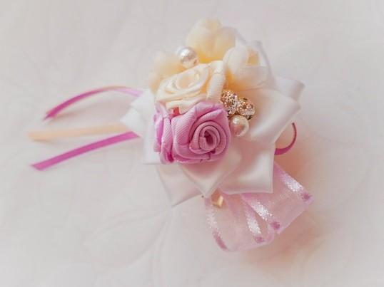 リボンで作る巻き薔薇のミニコサージュの画像