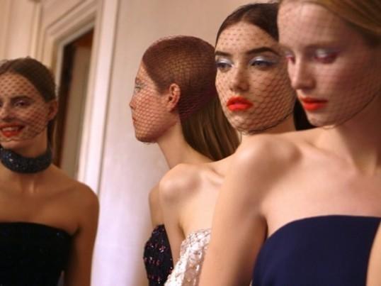 大人な「セミマット肌」トレンド赤のリップで旬の顔の作り方💄の画像