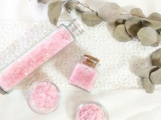 アロマ香る桜色のバスソルトとスクラブソルトの画像
