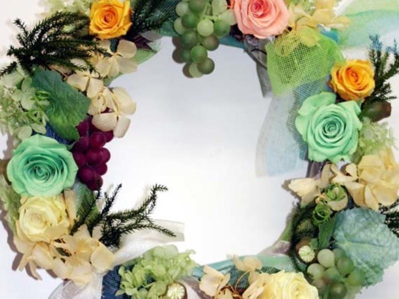 バラや実物をつかったプリザーブドフラワーのリースの画像