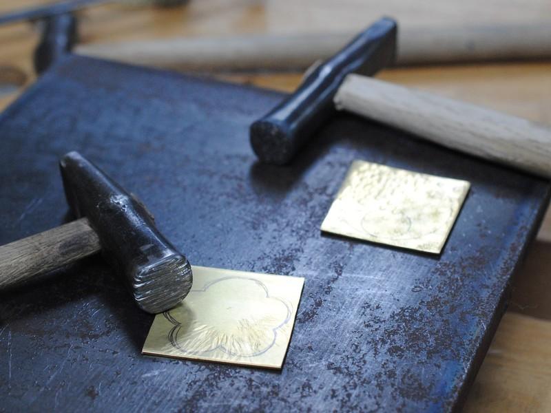真鍮を叩いて作るアクセサリーの画像