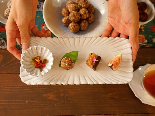 ドライフルーツとナッツで作るブリスボール作りの画像