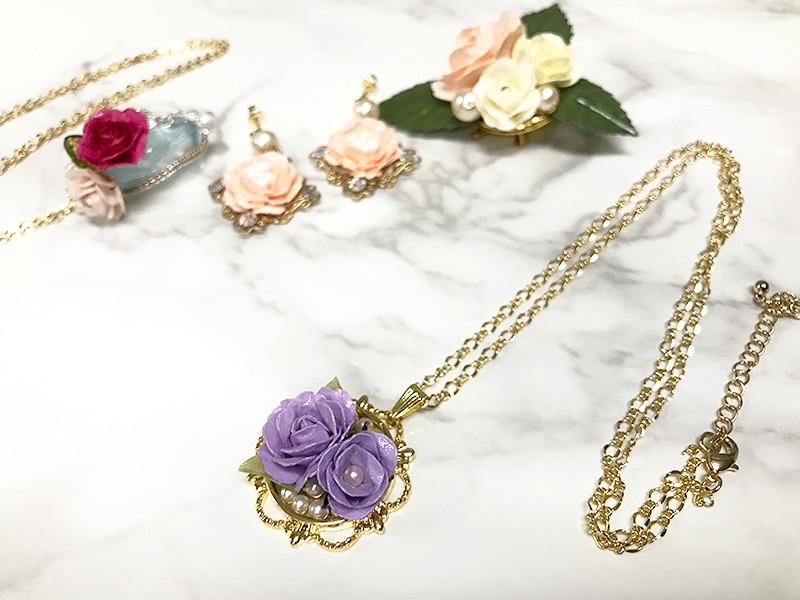 お花好き必見!紙で作るリアルなバラと蕾のネックレスの画像