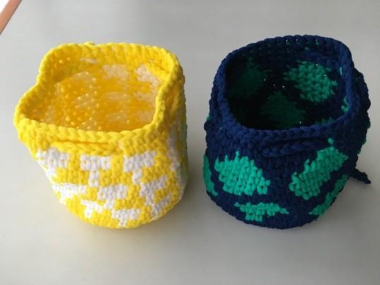かぎ針で編みくるむグラフィックミニ巾着の画像