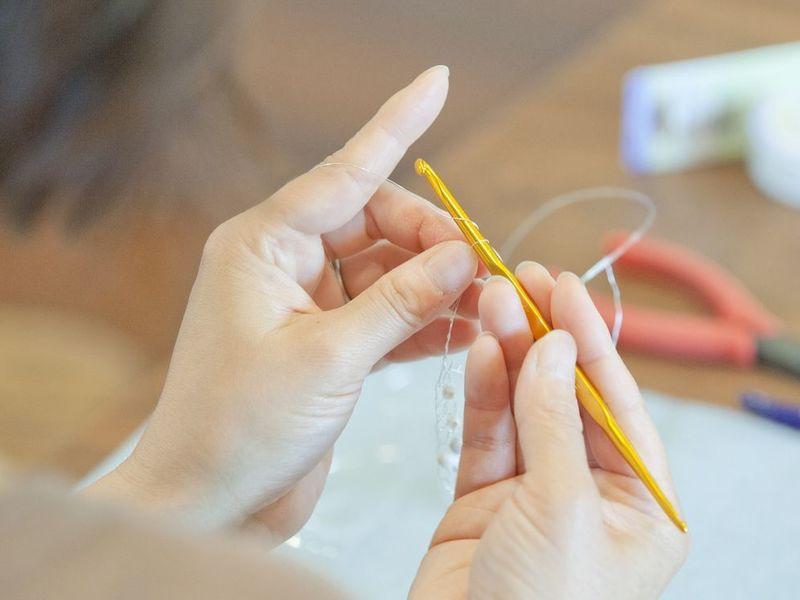 【プレゼントにも♪】クロッシェボールのクリスマスブローチを作ろうの画像