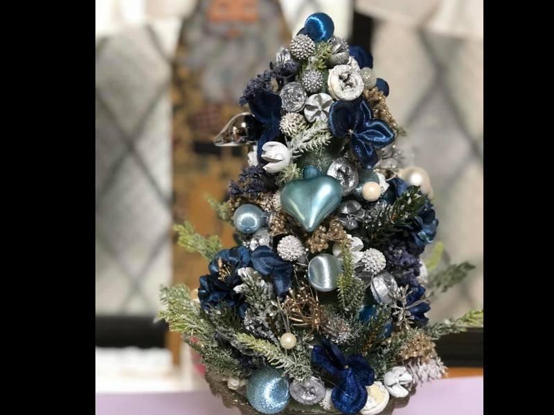 アーティフイシャルフラワーと木の実でクリスマスツリー作成講座の画像